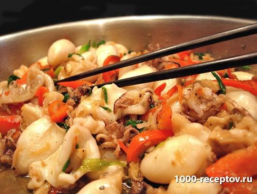 Кальмары с овощами и шампиньонами