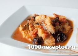 Томленая в томатном соусе треска с черносливом