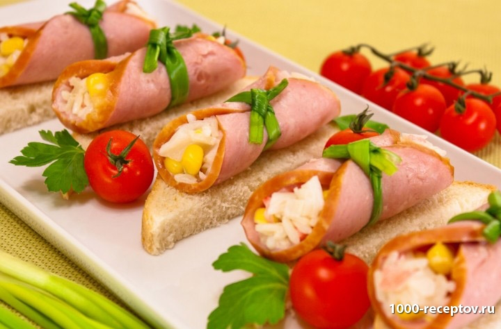 блюдо с бутербродами