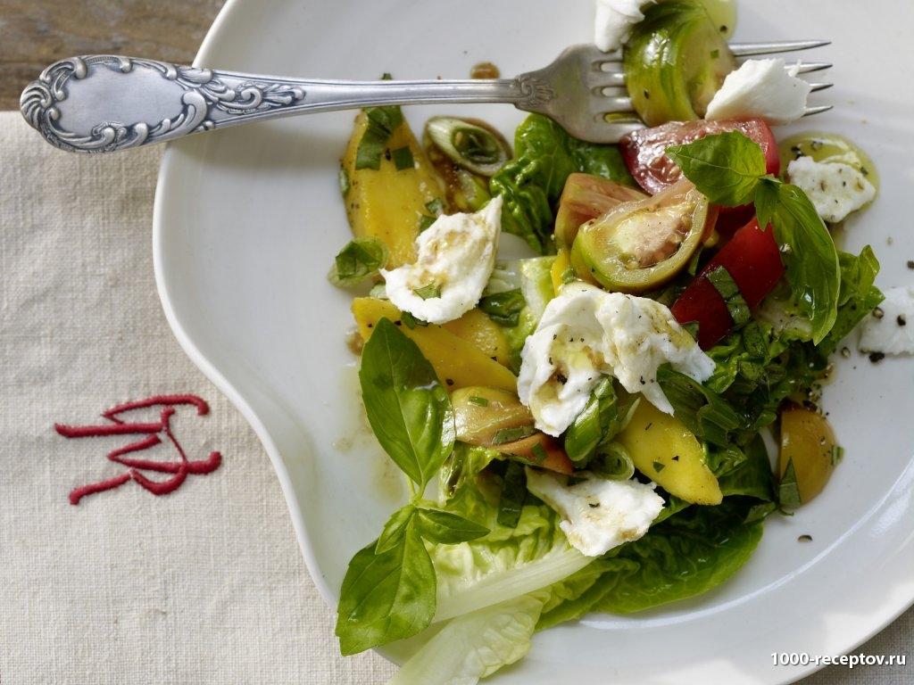 тарелка с салатом из помидор