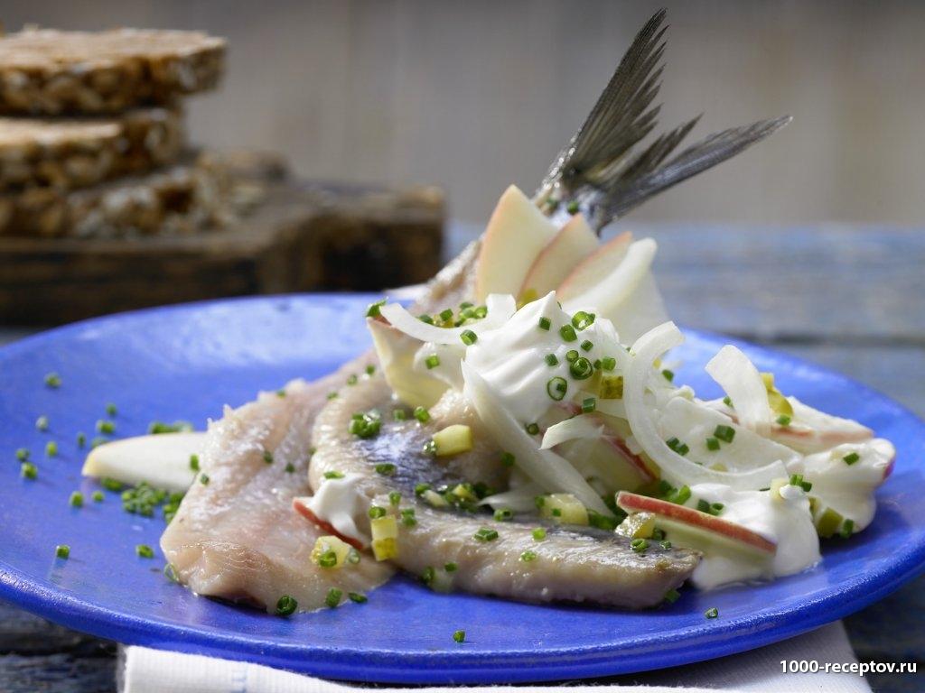 тарелка с закуской из рыбы