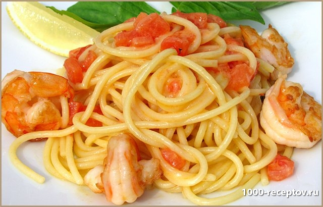 спагетти с креветками на тарелке