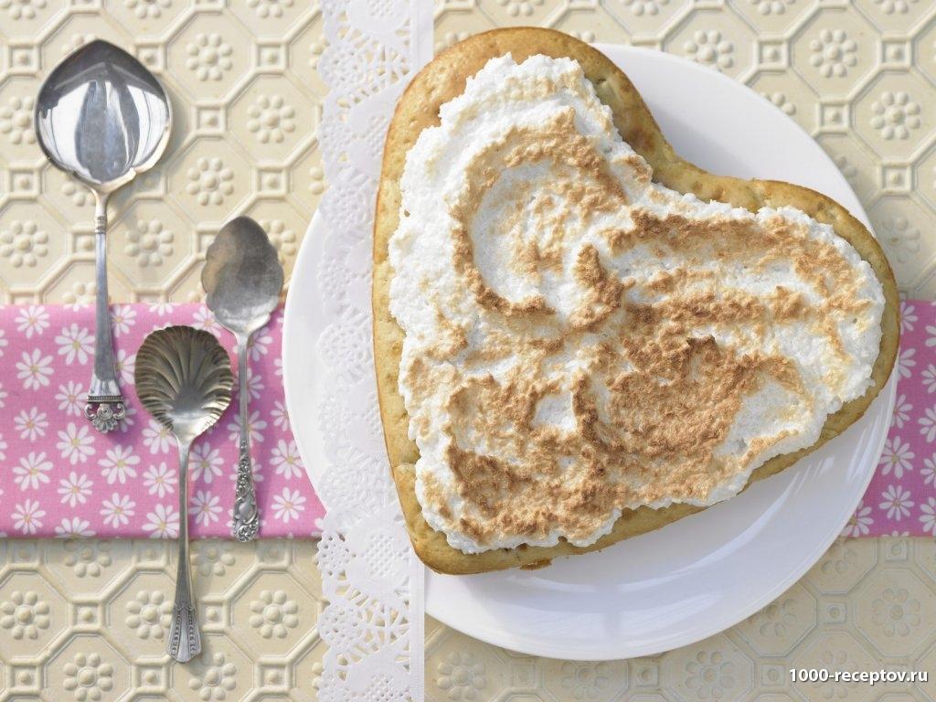 десертные ложечки и пирог на тарелке