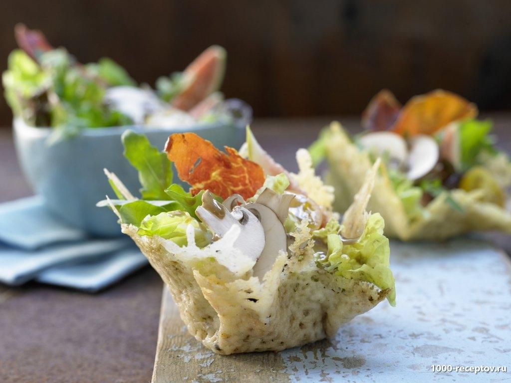 корзинка из сыра с салатом