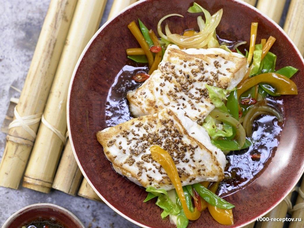 тарелка с овощами и кусками рыбы