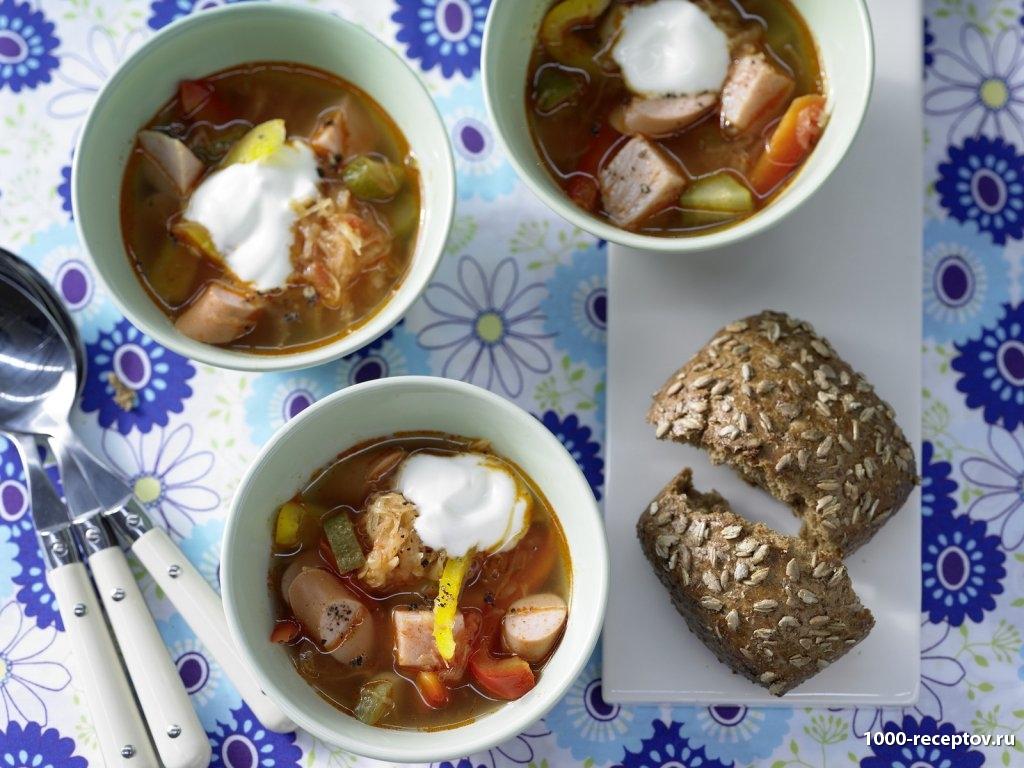 три тарелки с супом, хлеб и ложки