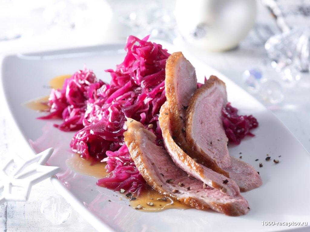 нарезанное мясо с красной капустой на тарелке