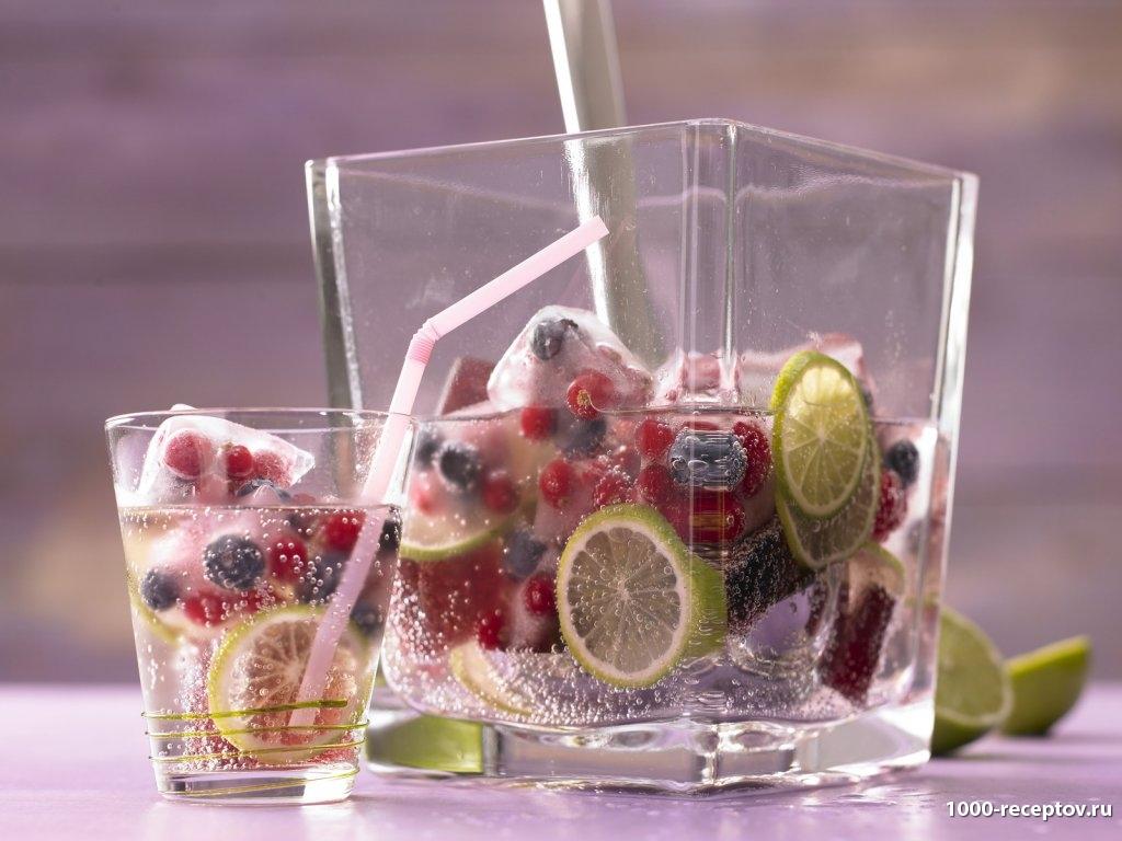 стаканы с кубиками льда и фруктами