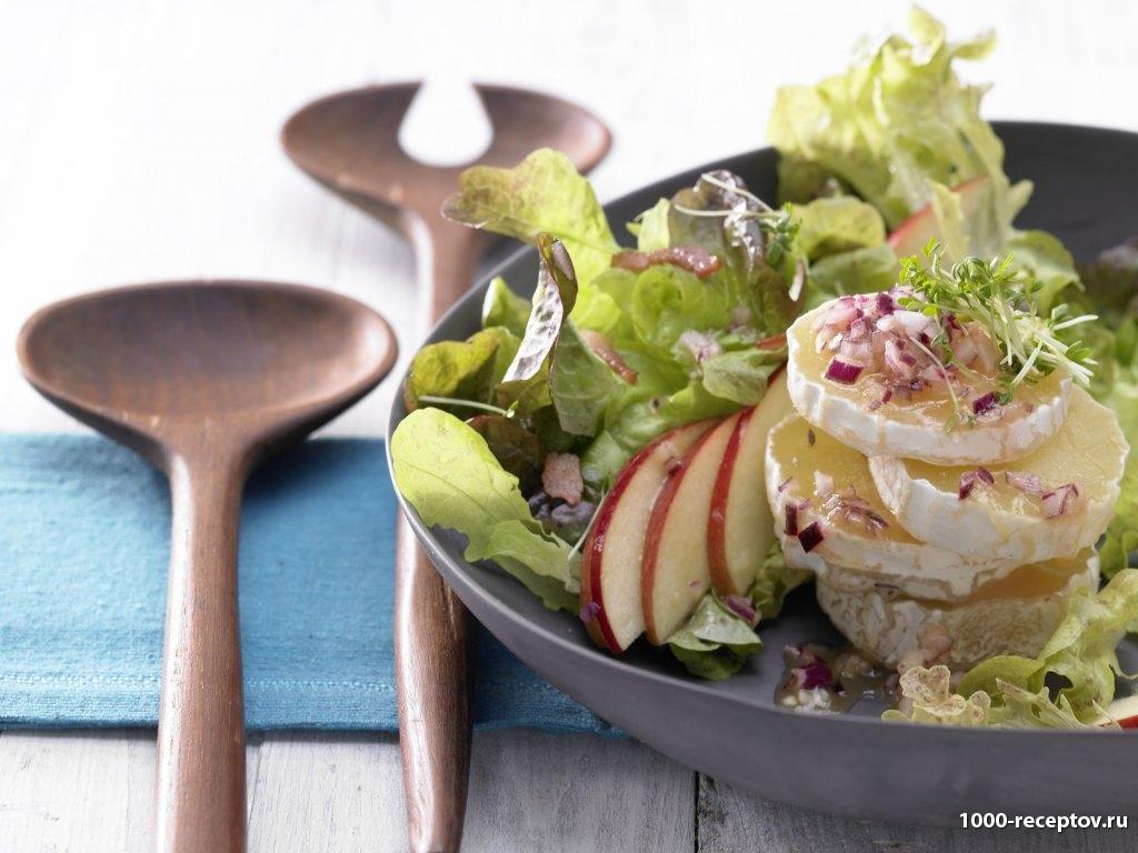 салат на тарелке, две деревяные ложки