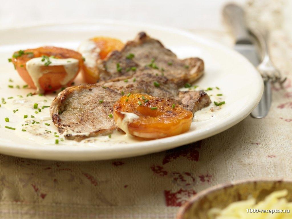 мясо, абрикосы на тарелке