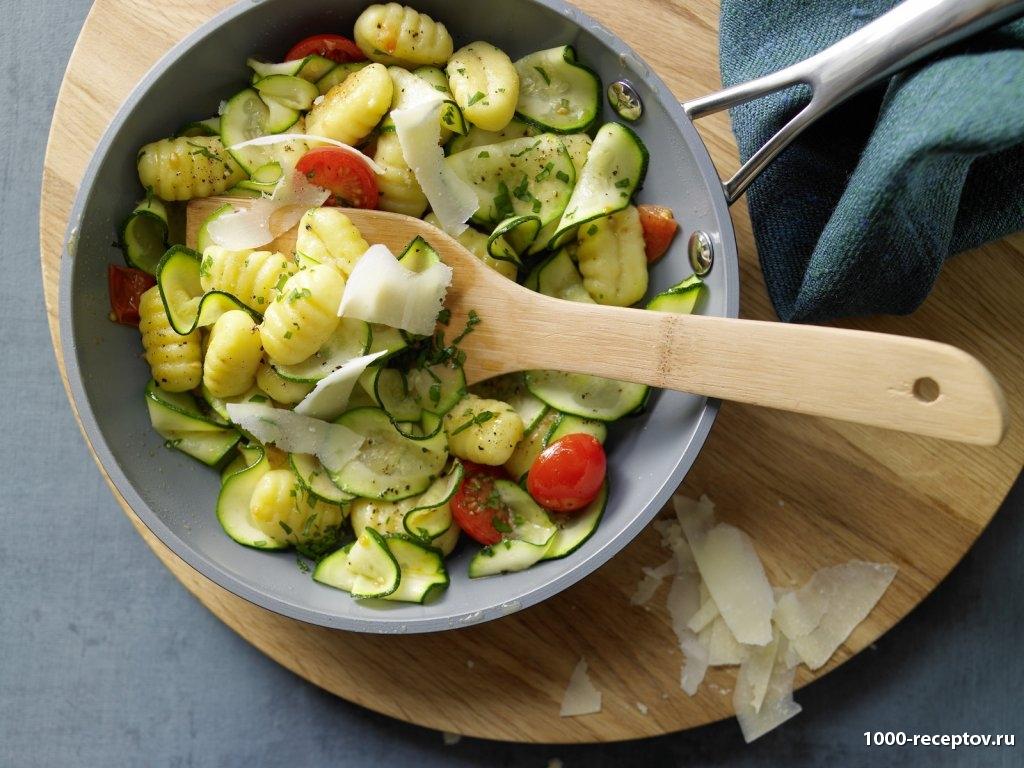 тарелка с овощами и ньокками