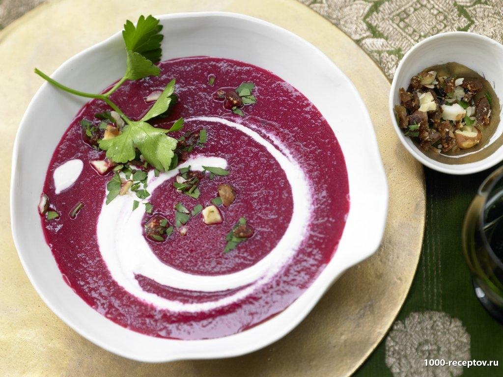 в тарелке красный суп