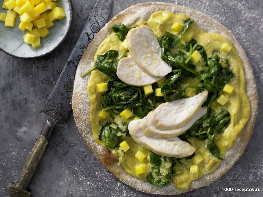 круглая пица на тарелке