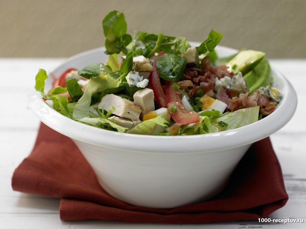 салат в тарелке глубокой