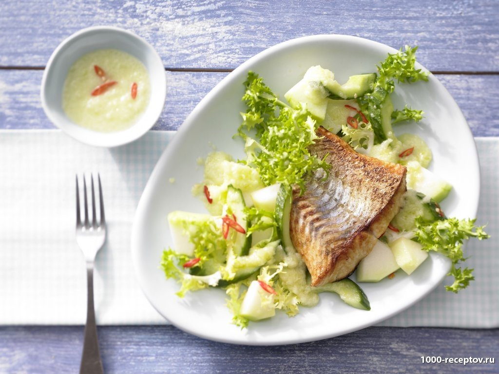 Салат из дыни с жареным филе судака на тарелке