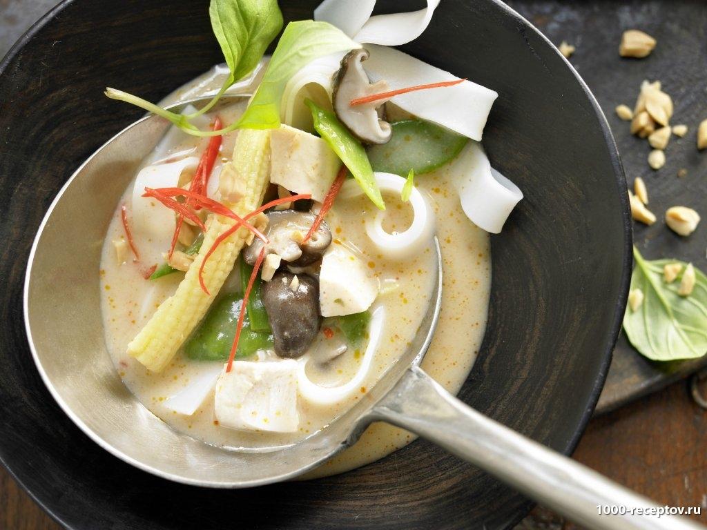Суп куриный с шиитаке грибами и рисовой лапшой в тарелке