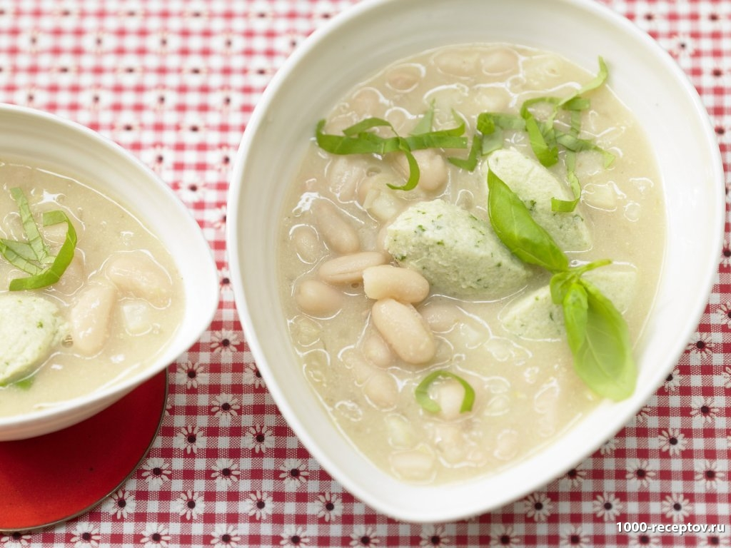 Фасолевый суп с творожными клецками в тарелке