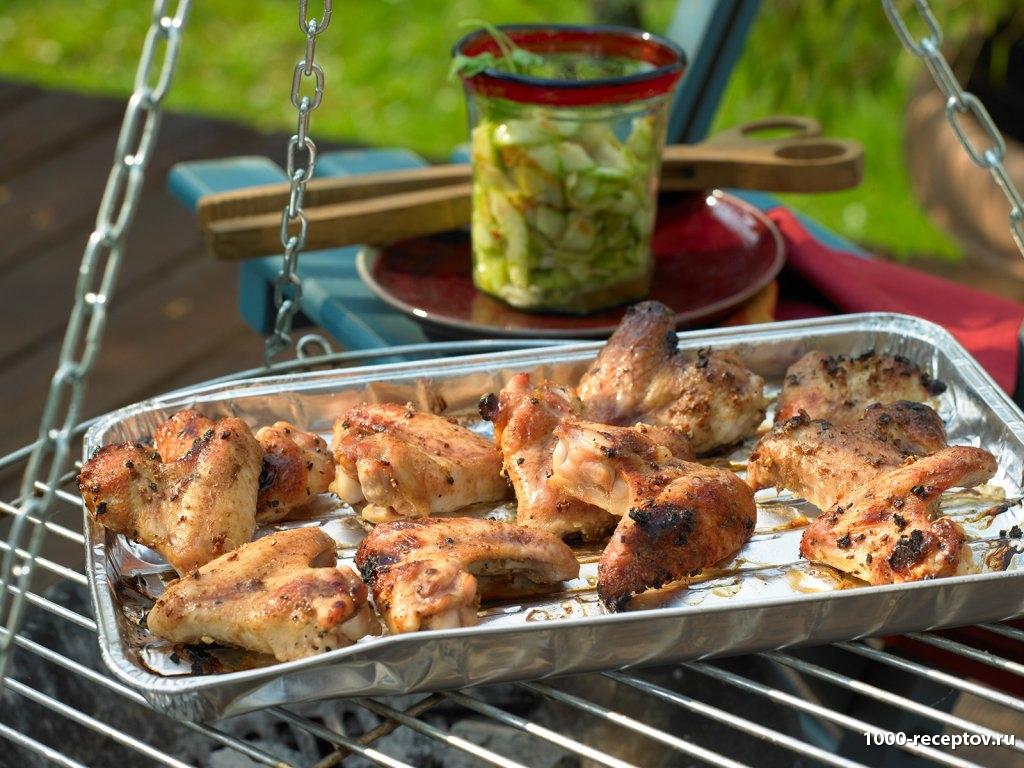 Куриные крылышки на гриле с салатом из огурцов